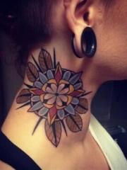 美女颈部大型彩色花朵纹身图案
