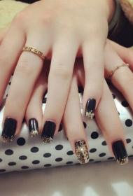 简单时尚的黑色QQ甲搭配金色亮片美甲款式图片