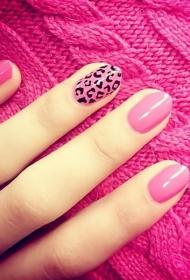 简单的粉色椭圆形指甲加点豹纹美甲图片