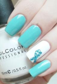 简单的蓝色搭配白色长指甲贴钻美甲图片