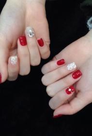 显白大红色美甲搭配白色彩绘小花朵
