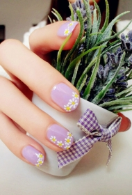 简单好看的紫色QQ甲搭配小雏菊图案彩绘美甲图片