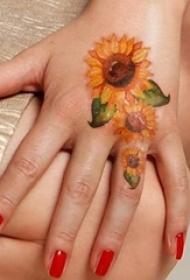 女生喜爱的唯美向日葵纹身图案