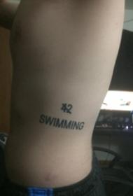 男性腰部黑色简约线条纹身的英文单词和数字字体纹身图片