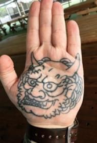 男生手掌上纹身黑白灰风格石狮子纹身图片