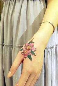 女生手背美丽优雅的花朵纹身图案