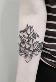 手臂上纹身黑白灰风格点刺纹身文艺花朵纹身图片