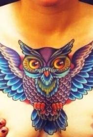 女生胸部时尚的彩色猫头鹰纹身图案