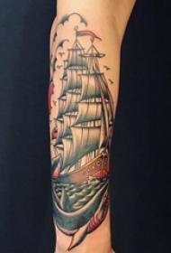 手臂上黑白纹身点刺技巧纹身小帆船鲨鱼纹身图片