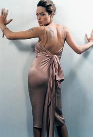 性感的安吉丽娜朱莉手臂和背部纹身图案