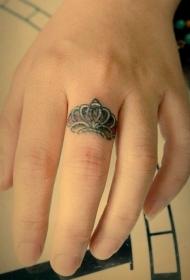手指皇冠戒指纹身图案