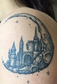 女生肩膀上纹身黑白灰风格点刺纹身月亮建筑物纹身图片