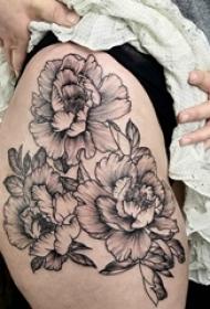 女生臀部纹身黑白灰风格点刺纹身花朵纹身图片