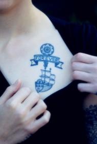 女生胸前的蓝色帆船纹身图案