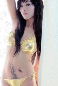 性感美女腹部的蝴蝶藤蔓纹身图案