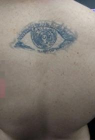 背部黑白灰风格点刺几何元素简单个性线条眼睛纹身图片