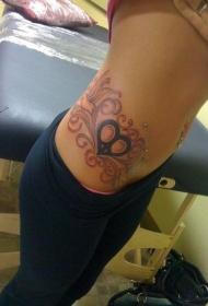女性腰部心形藤蔓纹身图案