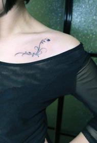 靓女锁骨处乖巧是的图腾藤蔓纹身图案