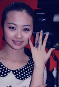 美女手指个性创意戒指纹身图案