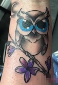 手臂上彩绘花朵猫头鹰纹身动物图片