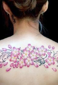 女性背部彩绘樱花纹身图案