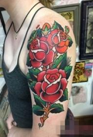 女生手臂上彩绘欧美玫瑰纹身图片