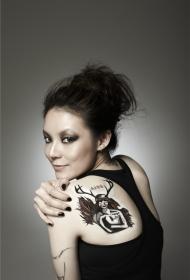 欧阳靖美女背部彩绘纹身图案