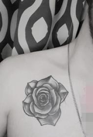 男生肩部黑白灰风格点刺技巧植物素材花朵纹身图片