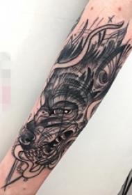 手臂黑白灰风格点刺简易素描狼小动物纹身图片
