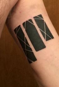 手臂上黑白灰风格几何元素长方形简单个性线条纹身图片
