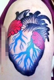 男生手臂上彩绘点刺技巧心脏纹身图片
