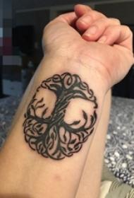 男生手臂上黑白抽象线条植物生命树纹身图片