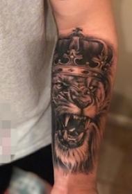 男生手臂上黑白素描点刺技巧动物狮子头纹身图片