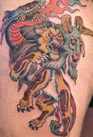 大腿上彩色传统羊头老虎和火龙纹身动物图片