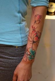 手臂惟妙惟肖荷花彩绘纹身图案