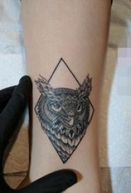 手腕上黑白线条几何元素动物猫头鹰纹身图片