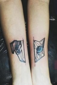 女生手臂上黑白几何点刺技巧动物纹身图片