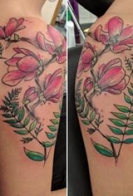 女生手臂上彩色渐变植物素材花朵纹身图片