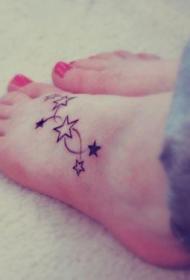 美女脚背上简单的星星纹身图案