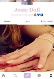 情侣手指上黑色花体英文纹身图片
