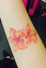 手臂鲜艳的两朵花朵纹身图案