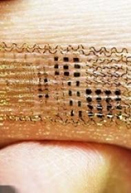 女生手臂上金色花纹电子纹身图片