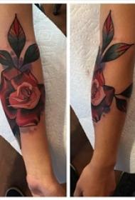 女性手臂上彩色植物颜料纹身玫瑰花水彩纹身图片