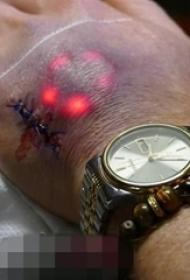 男性手背上超帅气LED电子纹身图片