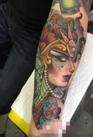男生手臂上彩色创意个性神秘人像纹身图片