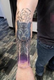 女生手臂上黑色素描点刺技巧霸气狼头纹身图片