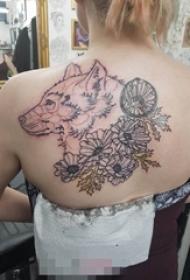 女生背部黑色线条几何元素狼头和花朵纹身图片