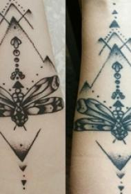 女生手臂上黑色线条点刺技巧创意蜻蜓纹身图片