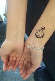 女生手腕上黑色线条素描创意复古怀表纹身图片
