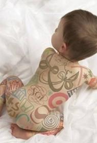小孩子满身彩色卡通电子纹身图片